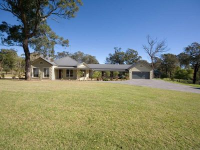 Excellent Residence on 1 1/2 Acres