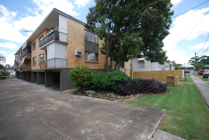 TOP FLOOR UNIT IN THE HEART OF TOOWONG!