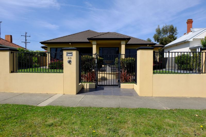 RIVERINE STREET - MITCHELL RIVER AT YOUR FRONT DOOR