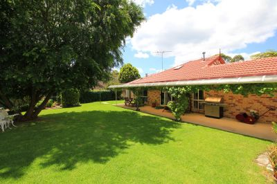 lovely gardens - huge block, over 1/4 of an acre (1212 m2) with pretty single level home in the heart of galston village.