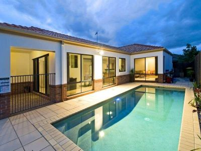 4 bedroom house with Pool and Garden, Pet Considered!