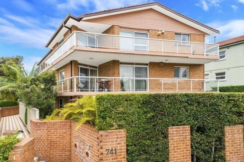 A MUST SEE. TOP FLOOR MAJESTIC SUN-DRENCHED THREE BEDROOM APART