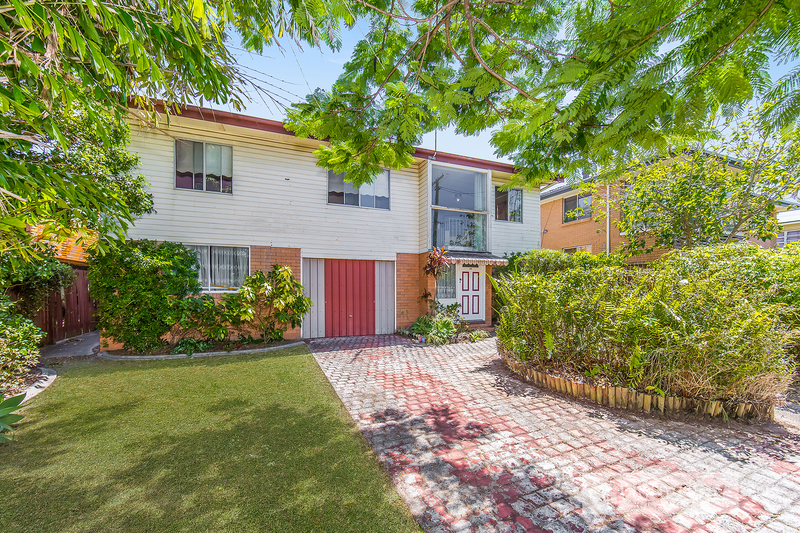 HIGHSET HOME WAITING FOR A MAKEOVER – 607m2