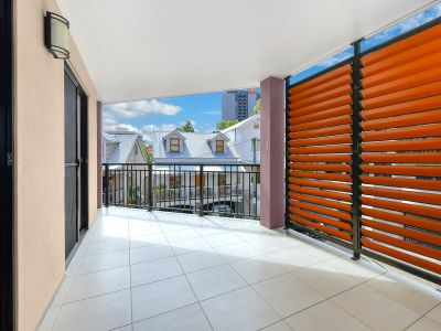 Huge 3 Bedroom Modern Townhome in the Heart of Spring Hill Close to all the Brisbane CBD Has to Offer