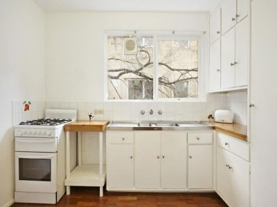 Walk to beach, cafes and Train/Tram - PETS OK - Can be furnished