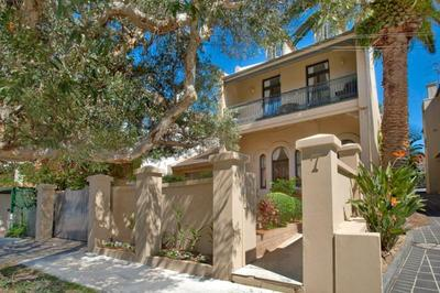 Freestanding Family Home - Lush Level Lawn (500sqm) - Stroll to Bronte Beach!