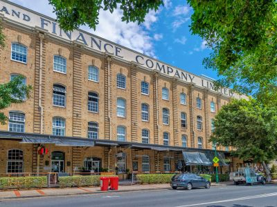 WOOLSTORE LIVING WITH CONTEMPORARY STYLING! LONDON WOOLSTORES