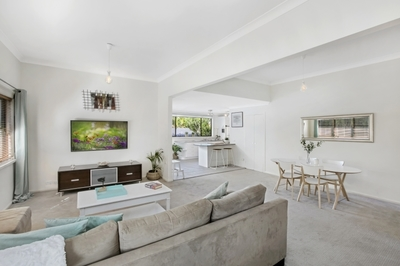 Townhouse Style Home, 2 Minute Walk to Stocklands