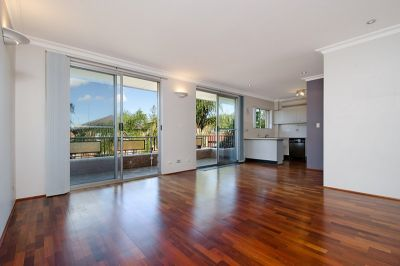 Spacious, renovated apartment with LUG just one block from cafes and the beach.