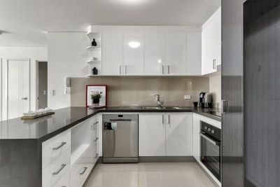 LOCATION LOCATION  Modern 2 Bedroom Unit in Secure Complex