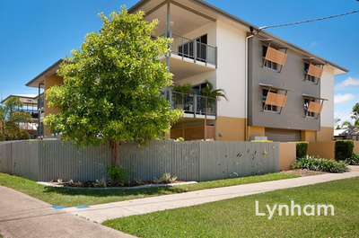 Large Modern unit opposite Cuthuringa Park