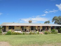 10 acres, 4 Bedrooms, 5 minutes from town!