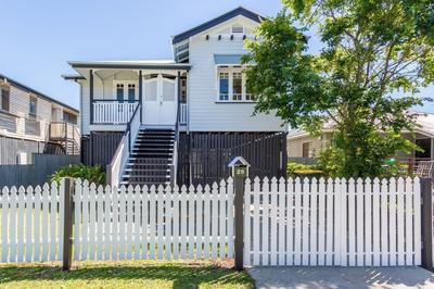 Gorgeous Renovated Queenslander with Spacious Entertaining Deck