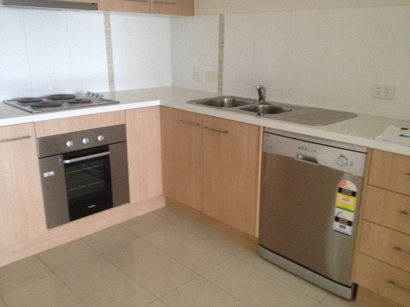 FANTASTIC TWO BEDROOM UNIT ONLY THREE MINUTE WALK TO TRAIN STATION