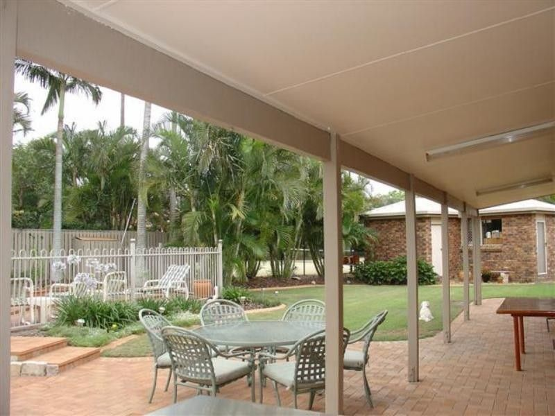FANTASTIC FAMILY HOME - WITH ADDITIONAL OUTHOUSE AND POOL