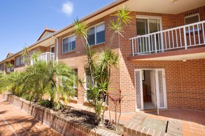 LARGE SPLIT-LEVEL HOME CLOSE TO BEACH