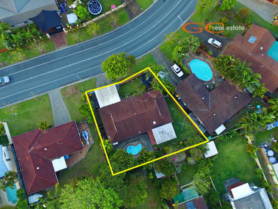 THREE BEDROOM HOME, POOL - 200m FROM THE BROADWATER