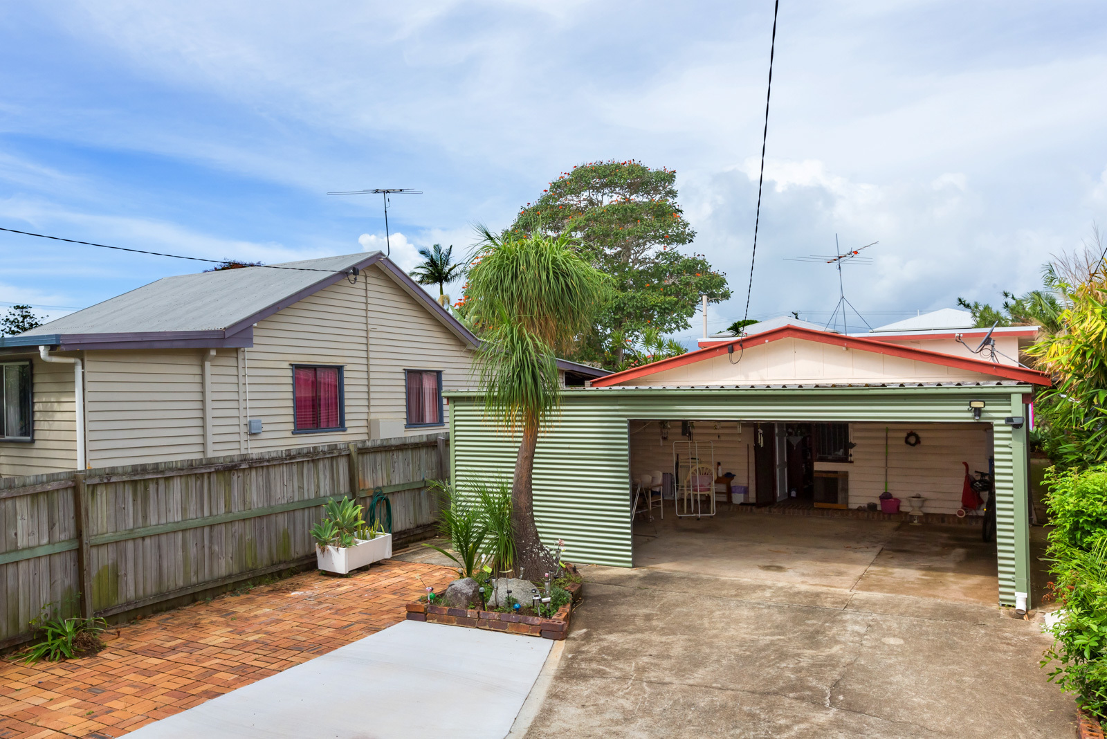 SPACIOUS COTTAGE – GREAT LOCATION – STROLL TO THE WATER!!