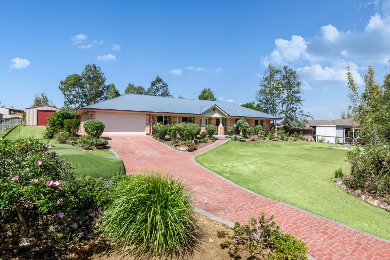 EXPANSIVE FAMILY HOME IN EXECUTIVE LOCATION  FIVE BEDROOMS AND A HUGE SHED!