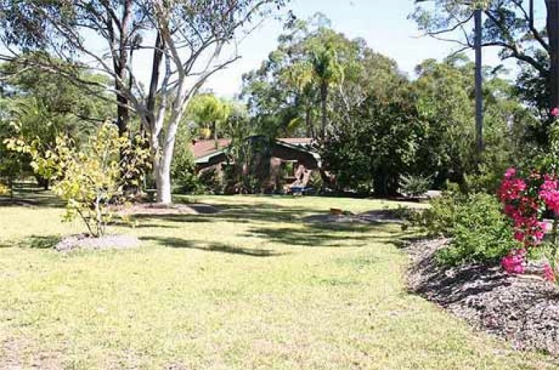 Pretty 5 bedroom home, gorgeous gardens, privately situated and just a turn of the bend from Kenthurst village