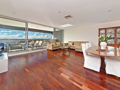 Superb top floor apartment with magnificent vistas