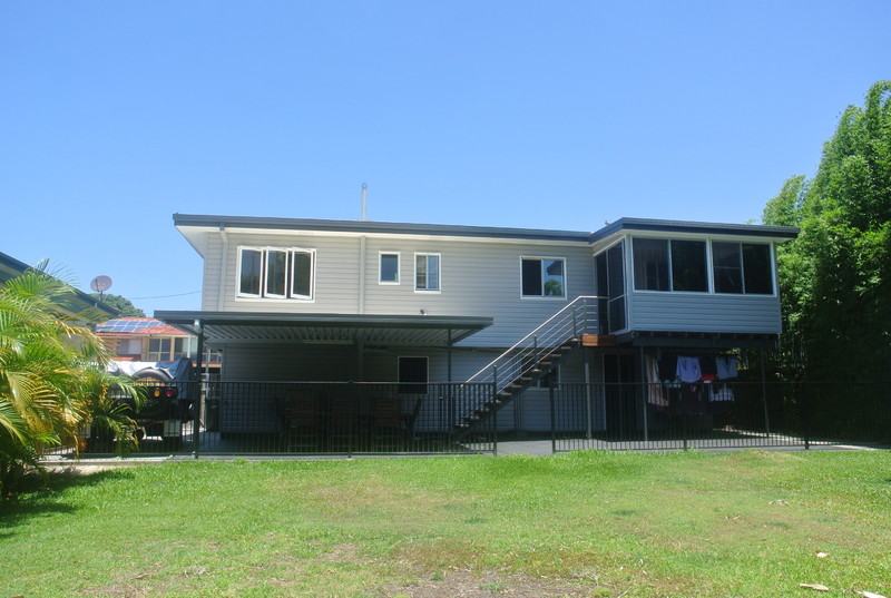 RENOVATED  FAMILY HOME - SIDE ACCESS ON 607m2 BLOCK