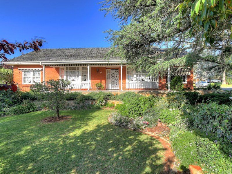 Classic Colonial Style Residence Cnr Penfold and Reisling Cres – Parklike setting – Formal Plus Informal Living – Double Garage