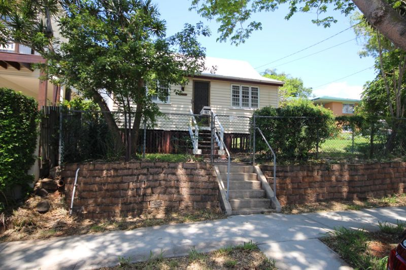 FULLY FENCES PRIVATE HOUSE WALKING DISTANCE TO THE WATERFRONT