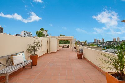 Parkside Top Floor Apartment With Huge Sundrenched Rooftop Terrace, North Aspect & Harbour Views