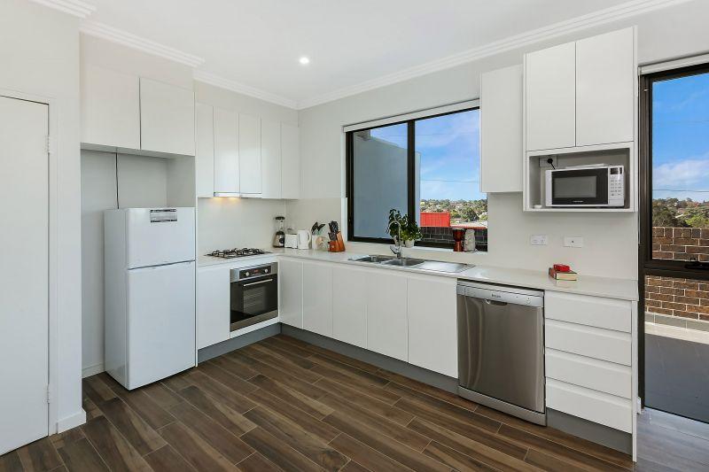 Penthouse Top Floor Spacious 1 Bedroom Apartment