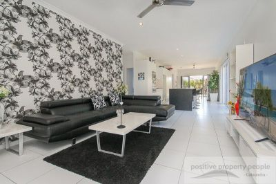 Immaculate modern home – Private Courtyard & 4 bedrooms!