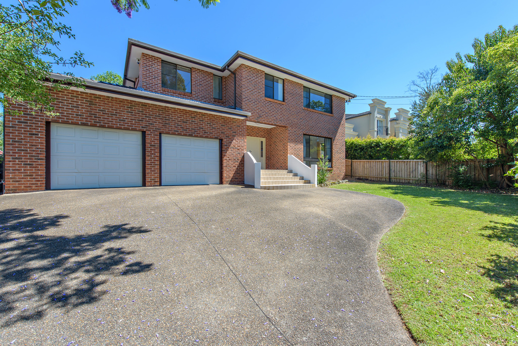 PRICE DROP - MODERN, LARGE FAMILY HOME