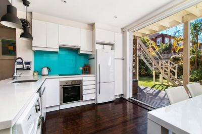 Renovated Garden Apartment Meters from the Beach