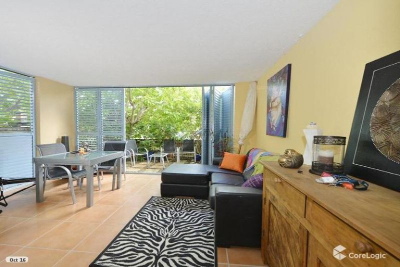 ENTERTAINERS' PARADISE - LARGE ONE BEDROOM UNIT