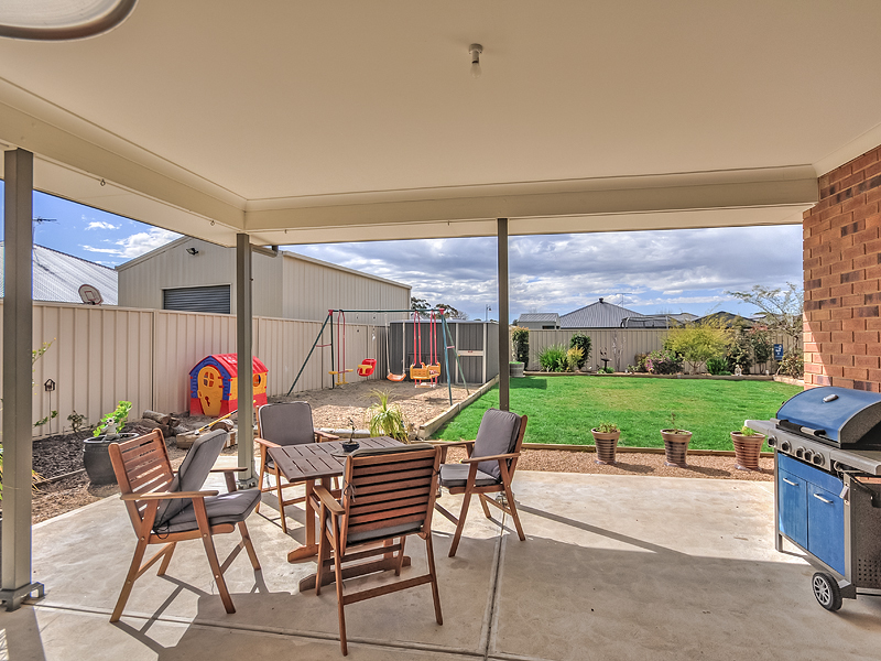 FREELING - Glorious Country Living in the Perfect Location
