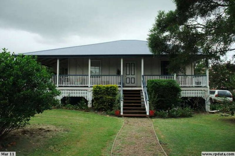 BREAK LEASE!! 3 BEDROOM QUEENSLAND BEAUTY WITH POOL AND FIREPLACE