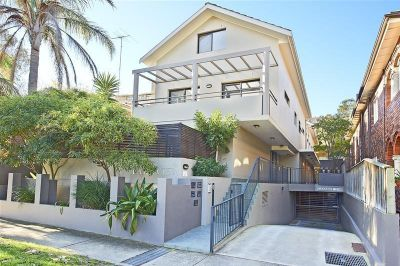 Stylish & Private Townhouse Opposite Park. 3 Bedrooms, 2.5 Bathrooms, 3 Security Carspaces