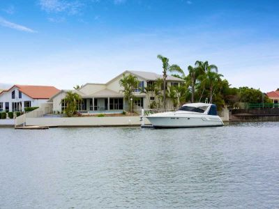 WATERFRONT - 5 BEDROOMS PLUS STUDY - POOL & PONTOON