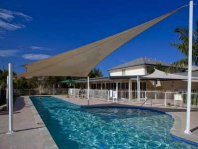 Walk to Robina Town Centre - Pet Friendly - Classy & Modern