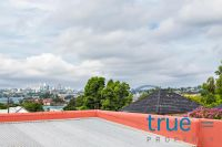 = APPLICATION RECEIVED = PERFECTLY POSITIONED APARTMENT OFFERING PERFECT CITY AND HARBOUR VIEWS
