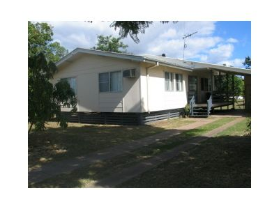3 Bedroom Family Home with a Shed!!
