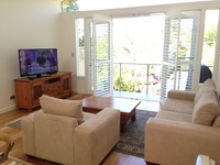 NEUTRAL BAY 3BED 2BATH F/F HOME. WIFI, PARKING, VIEW, GREAT LOCATION.