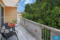 Delightfully Bright  2 Bedroom Apartment In Sought After River Precinct. Beautiful Timber Floors. Stroll To Parramatta City Centre