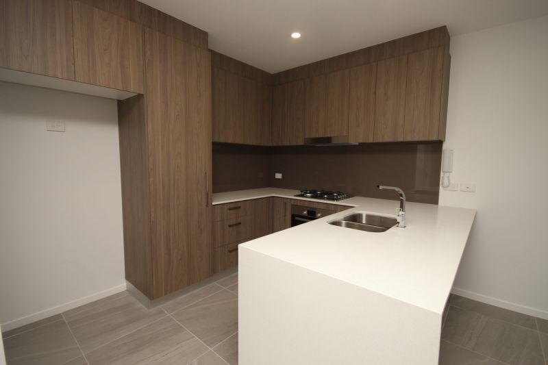 PERFECTLY POSITIONED UNIT SHORT WALK TO TRAIN AND AIR CONDITIONING IN MASTER