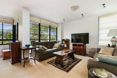 DEPOSIT TAKEN - Modern & Bright 2 Bed Apartment in 'Peninsula' with Parking.