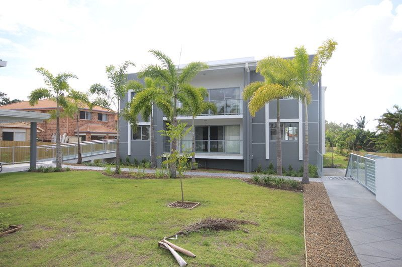 AS NEW - SPACIOUS 3BED UNIT WITH 2 CAR SPACES - AVAILABLE APRIL