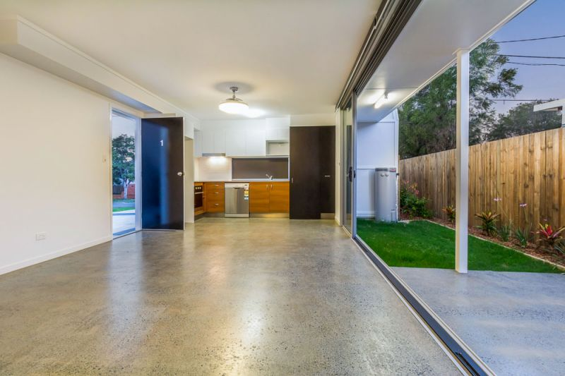MODERN TOWNHOUSE - CLOSE TO PUBLIC TRANSPORT
