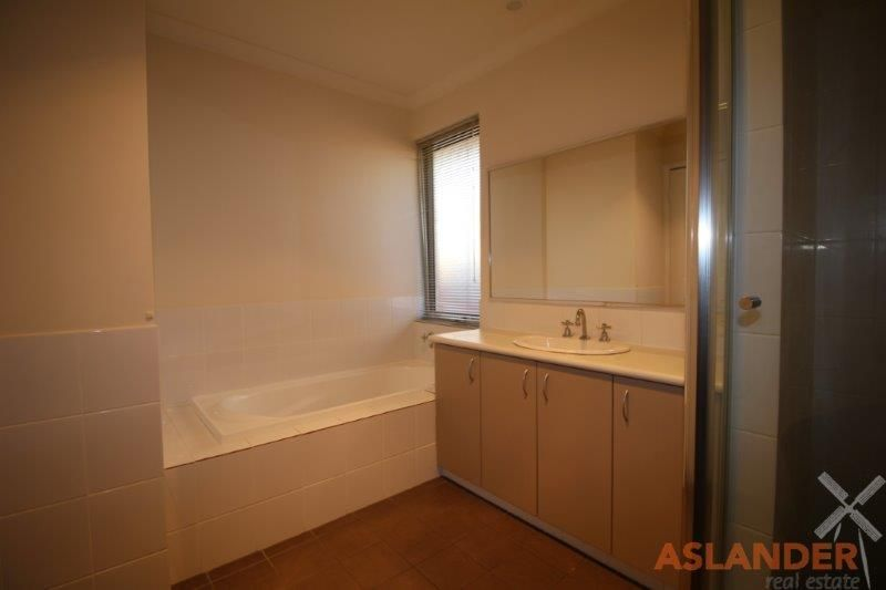 WELL MAINTAINED TOWNHOUSE - QUICK DRIVE TO VIBRANT VIC PARK CAFE STRIP