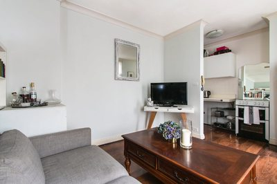 Light Filled Studio Apartment Close to the City