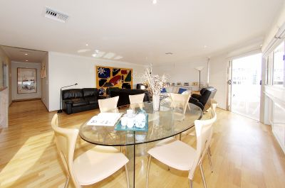 Stunning Sun-drenched Apartment – Unbeatable Convenience